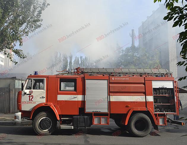 У центрі Бердянська палає пожежа - фото 2