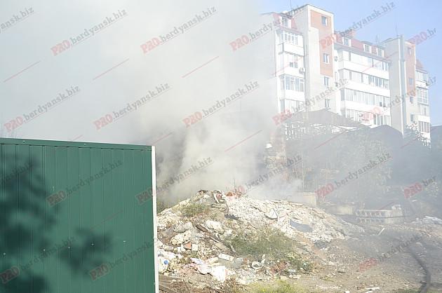 У центрі Бердянська палає пожежа - фото 3