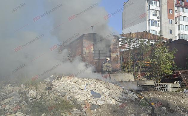 У центрі Бердянська палає пожежа - фото 4