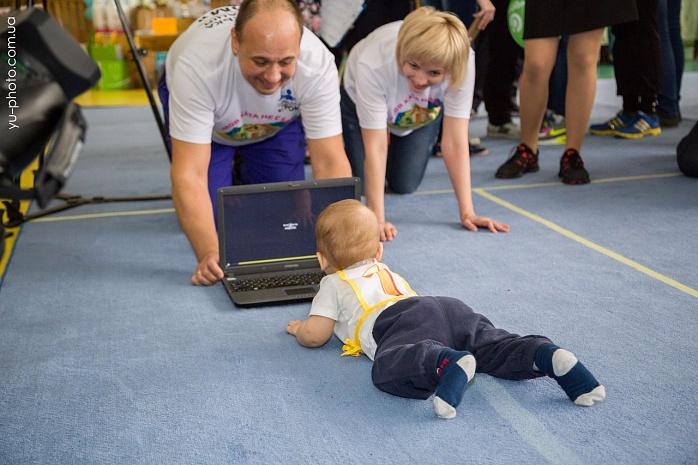 У Бердянську пройшов чемпіонат швидкісного повзання для немовлят  - фото 2