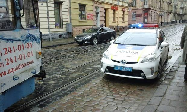 Як львівські патрульні перешкодили руху трамваїв - фото 1
