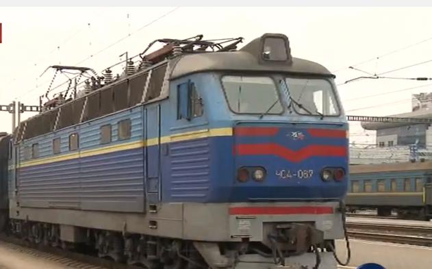 """Потяги """"Укрзалізниці"""" масово загуділи на підтримку Савченко - фото 1"""