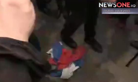Парасюк влаштував чергову сутичку у Львові і потоптав російський прапор  - фото 2