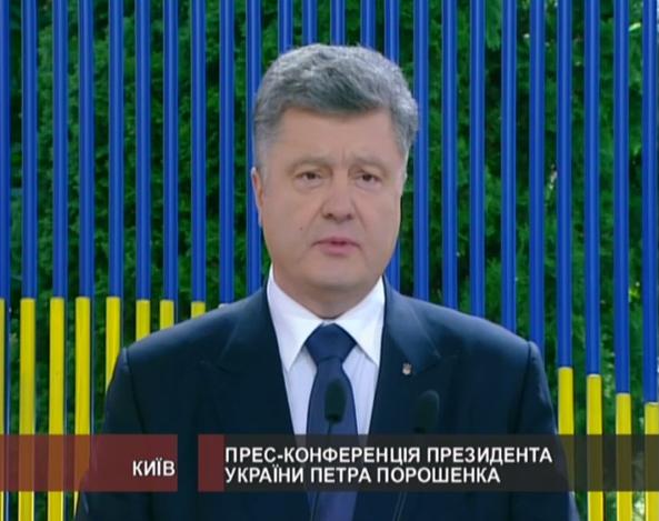 Порошенко дає прес-конференцію просто неба на жовто-блакитному тлі (ФОТО) - фото 1