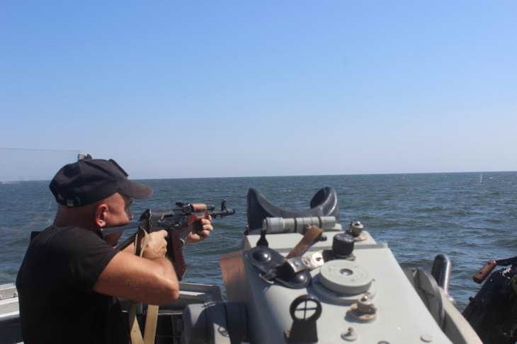 Персонал екіпажів катерів морської охорони відпрацював стрільбу з озброєння, що розташоване на катерах - фото 5