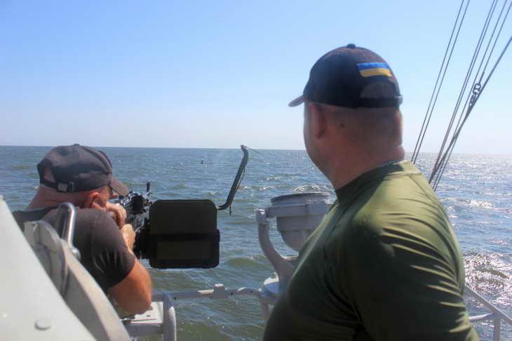Персонал екіпажів катерів морської охорони відпрацював стрільбу з озброєння, що розташоване на катерах - фото 2