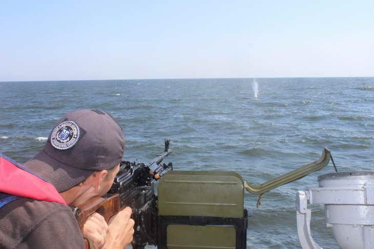 Персонал екіпажів катерів морської охорони відпрацював стрільбу з озброєння, що розташоване на катерах - фото 1