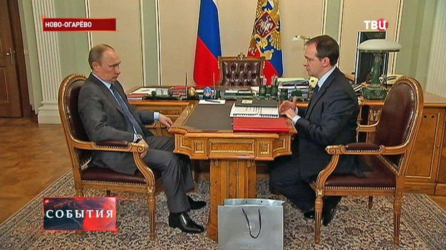 В кабінеті Путіна поставили стільці для карликів - фото 1