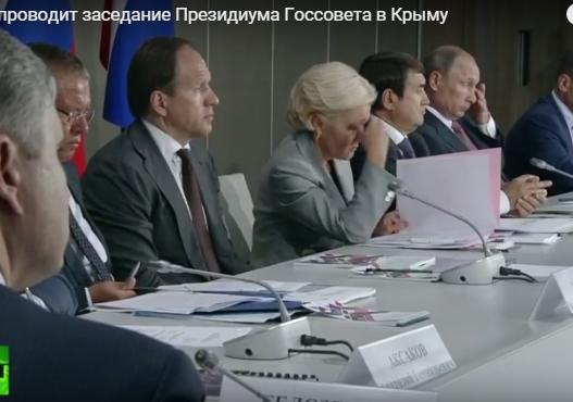 Як Путін корчив пики на нараді в Криму: жував губи на позіхав  - фото 2