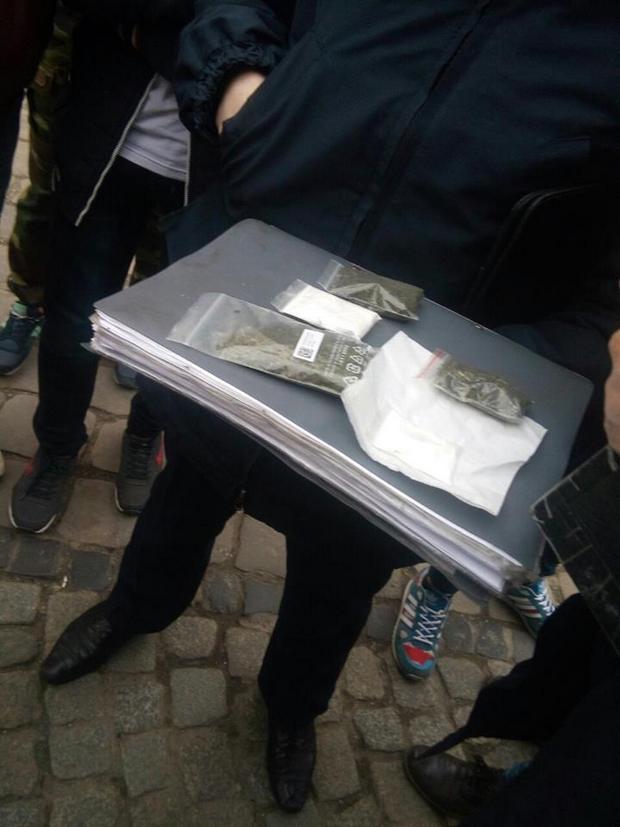 Як у центрі Львова розважались юнаки, перевірявши роботу поліції - фото 1
