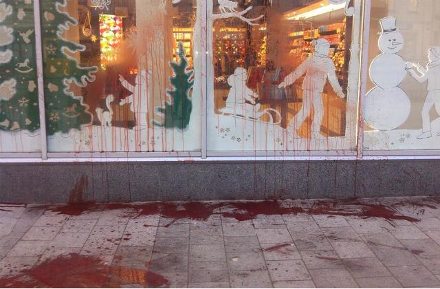 У Львові магазин Президента облили кров'ю - фото 1