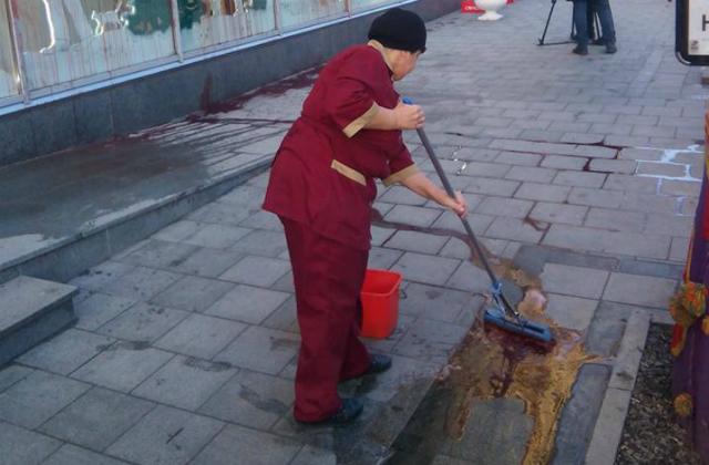 У Львові магазин Президента облили кров'ю - фото 4