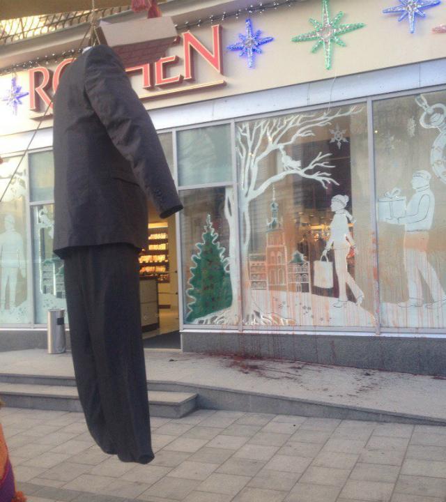 У Львові магазин Президента облили кров'ю - фото 2