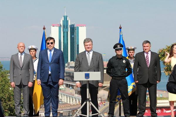 """Саакашвілі у Дніпропетровську знов вразив """"анти-дрес-кодом"""" - фото 3"""