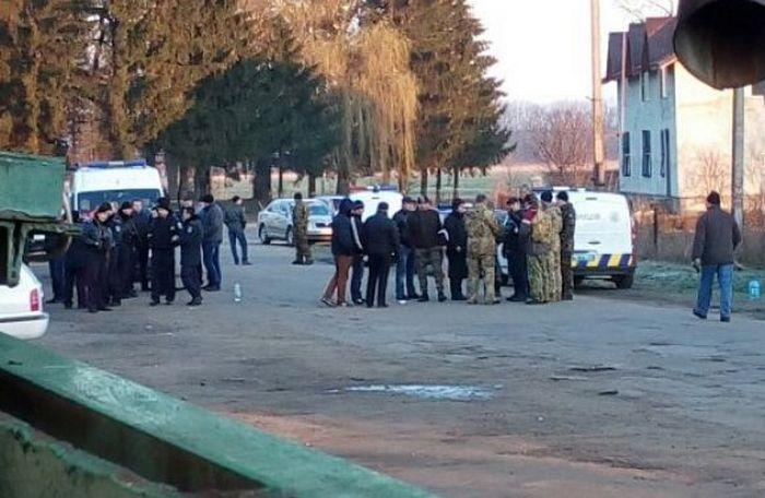 На Львівський спиртзавод увірвалися 150 молодчиків і нищать майно - фото 1