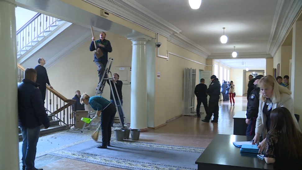 """В Запоріжжі під час """"декомунізаційної"""" сесії міськради впала стеля - фото 3"""