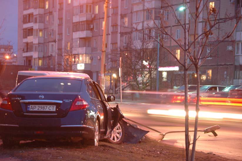 В Запоріжжі водій авто зніс бетонний стовп - фото 1