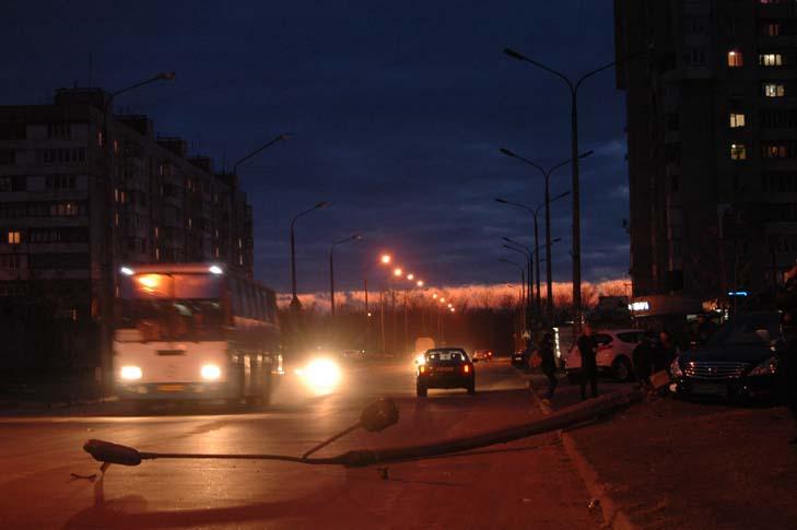 В Запоріжжі водій авто зніс бетонний стовп - фото 2