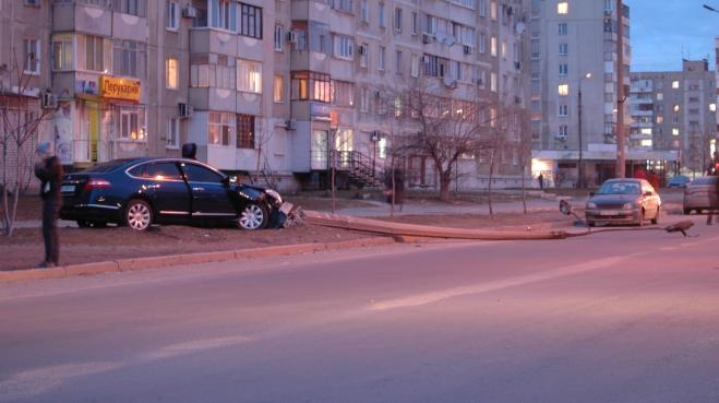 В Запоріжжі водій авто зніс бетонний стовп - фото 3