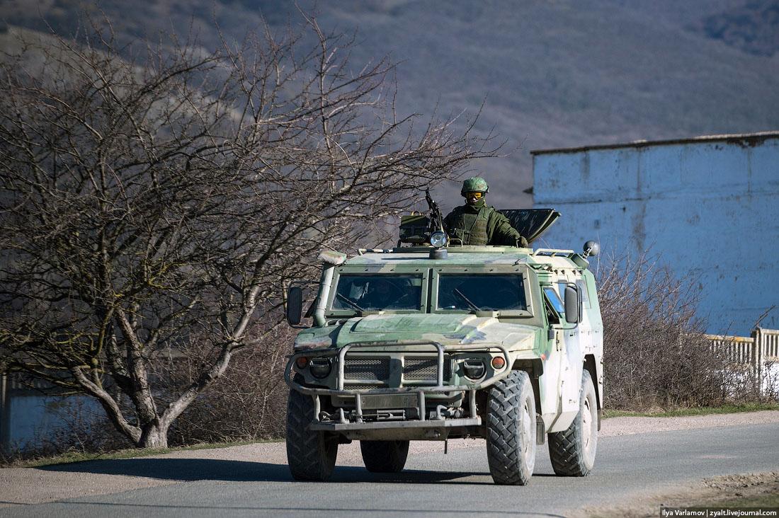 Хроніки окупації Криму: росіяни пішли на штурм, журналістам ламають ребра - фото 3