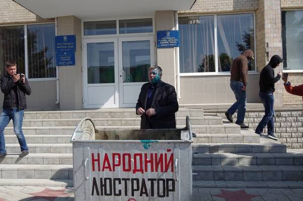 """Вінницького голову райради """"люстрували"""" сміттєвим баком і зеленкою  - фото 4"""