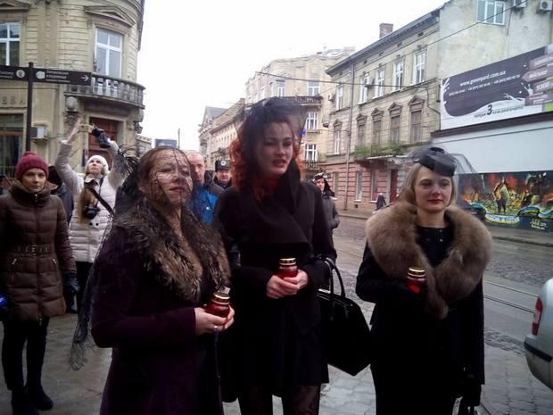 Як у Львові принесли труну до банку Путіна - фото 1