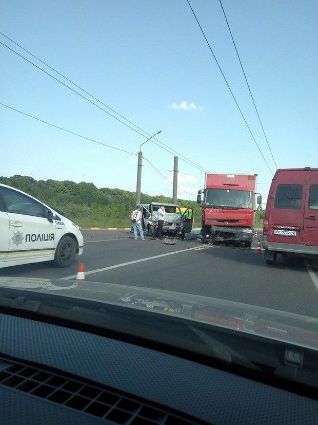З'явились фото жахливої ДТП із фурою біля Львова - фото 1