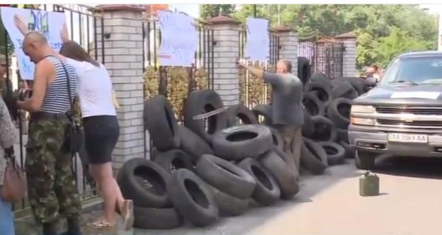 """Справа """"Торнадо"""": Київський суд закидали яйцями і заблокували шинами - фото 1"""