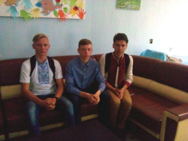Українські школярі хочуть замість випускного допомогти бійцям АТО - фото 7