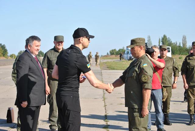 Яценюк вручив нагороди нацгвардійцям в зоні АТО - фото 1