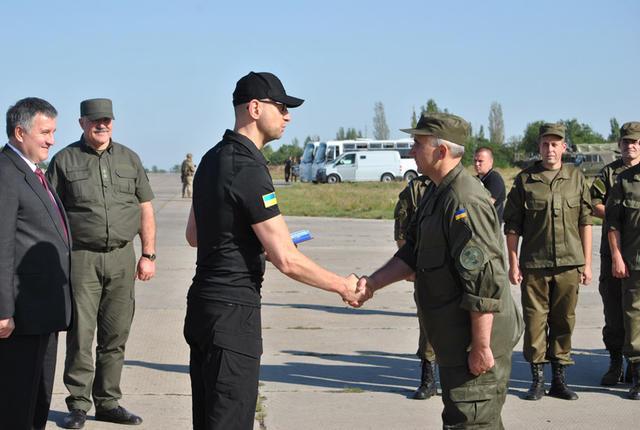 Яценюк вручив нагороди нацгвардійцям в зоні АТО - фото 2