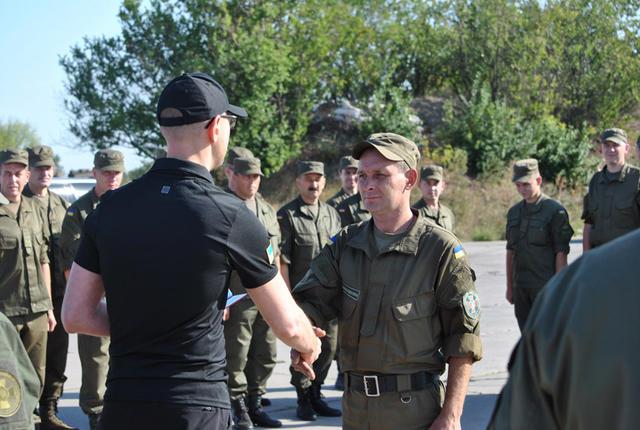 Яценюк вручив нагороди нацгвардійцям в зоні АТО - фото 3