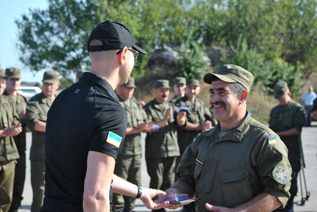 Яценюк вручив нагороди нацгвардійцям в зоні АТО - фото 4