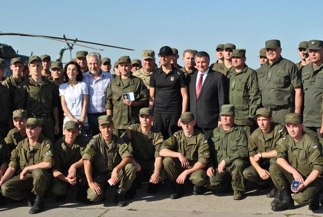 Яценюк вручив нагороди нацгвардійцям в зоні АТО - фото 6