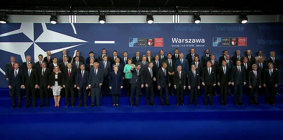 На спільній фотографії саміту НАТО Порошенка поставили у центрі  - фото 1