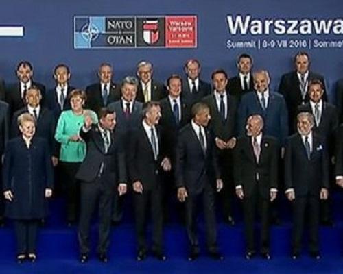 На спільній фотографії саміту НАТО Порошенка поставили у центрі  - фото 2