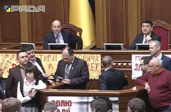 Нардепи Яценюка заблокували трибуну Ради - фото 1