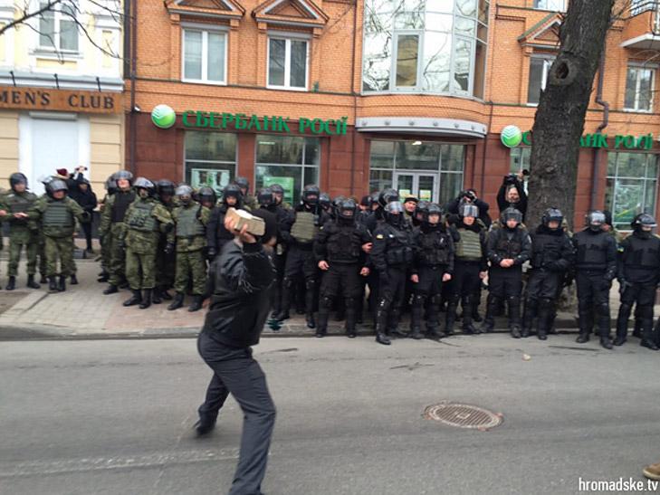 Друга річниця Майдану: Як кидали каміння в вікна російських банків та офісу Ахметова - фото 1