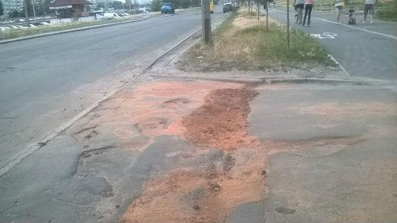 Ноу-хау по-київськи: Ями на дорогах засипають розбитою цеглою  - фото 1