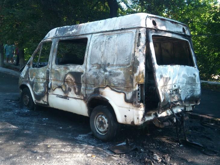 Через пожежу в центрі Вінниці, мікроавтобус перетворився на металобрухт - фото 1
