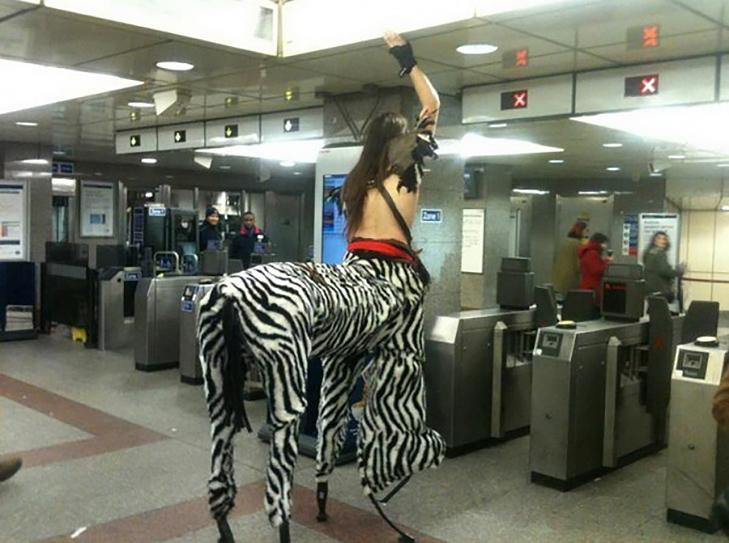 35 неймовірних диваків у метро - фото 21