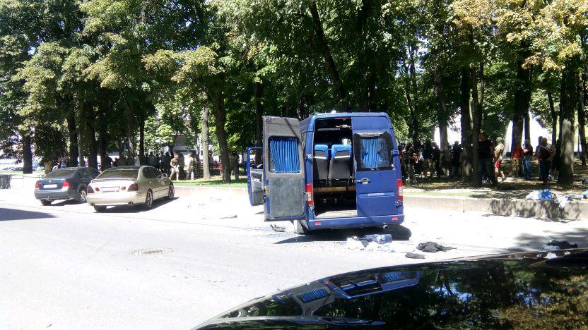 У Харкові стрілянина: невідомі напали на автомобіль охорони Добкіна  - фото 2