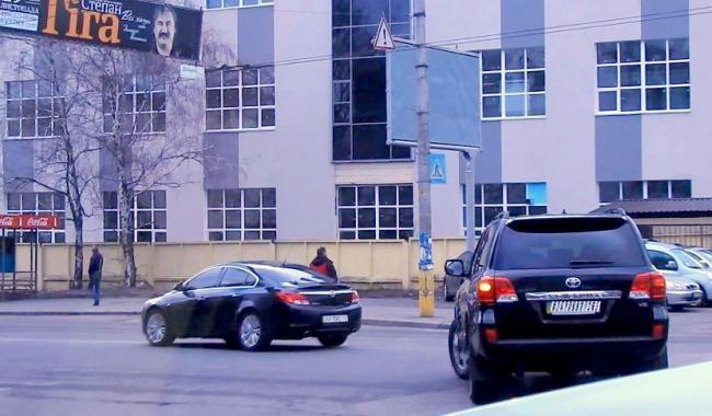 """Для Турчинова розчищають шлях: """"стирають"""" розмітку біля будинку та утворюють """"зелену хвилю"""" - фото 1"""