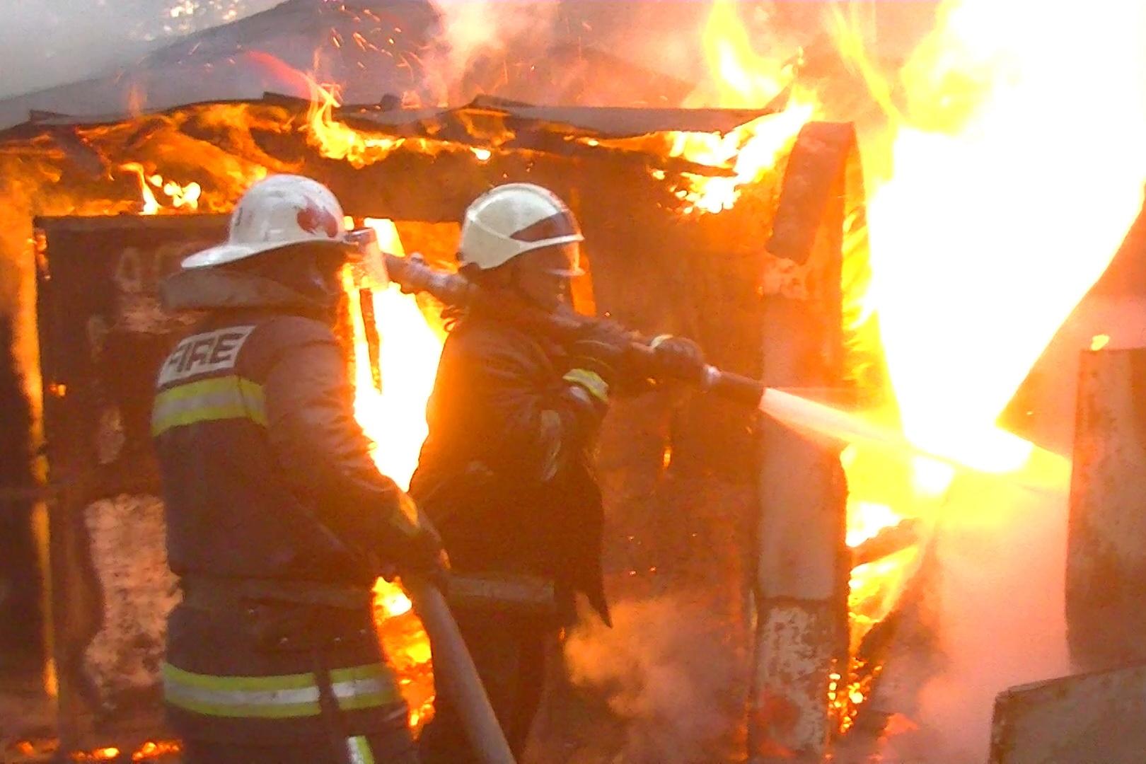 У Харкові 30 рятувальників гасили пожежу в гаражі - фото 2