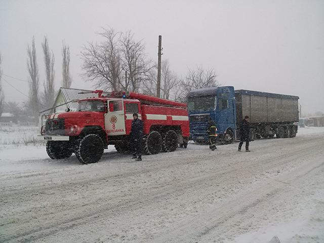 Як на Миколаївщині через негоду перекидаються автівки (ФОТО) - фото 2