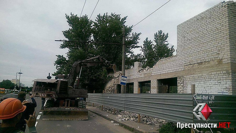Перший пішов: у Миколаєві знесли двоповерхову недобудову