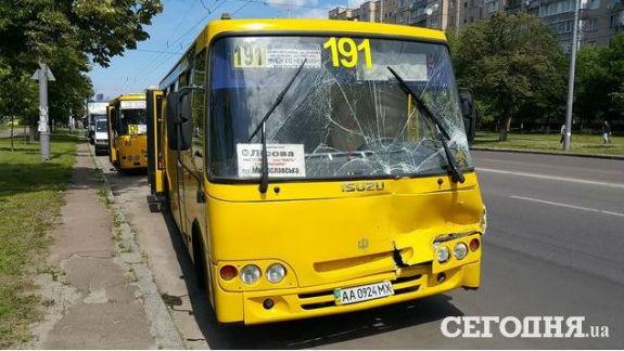 У Києві зіштовхнулися дві маршрутки: є постраждалі  - фото 1