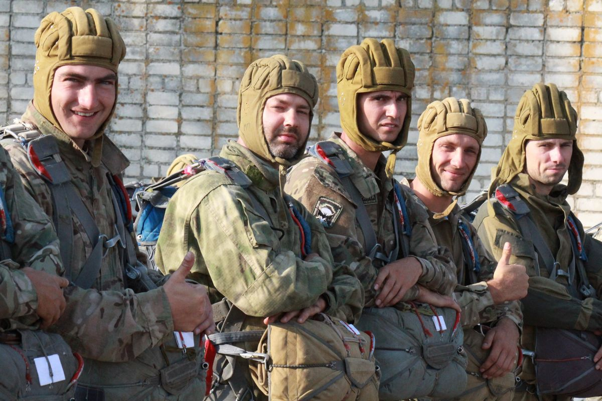 На Миколаївщині сотні десантників-резервістів стрибнули з парашутом - фото 1