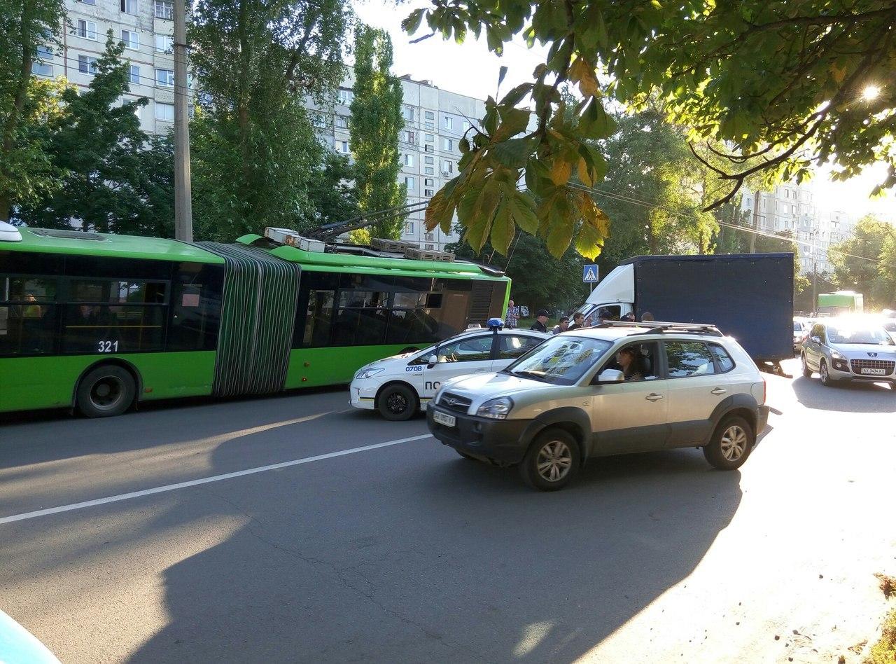 У Харкові внаслідок потрійного ДТП тролейбус вилетів на узбіччя (ВІДЕО, ФОТО)  - фото 2