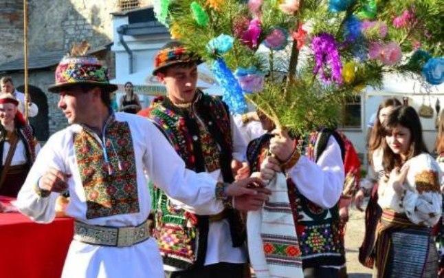 Розцяцьковані дерева, коні замість кортежів і дірки від бубликів: Обряди і традиції гуцульського весілля - фото 12